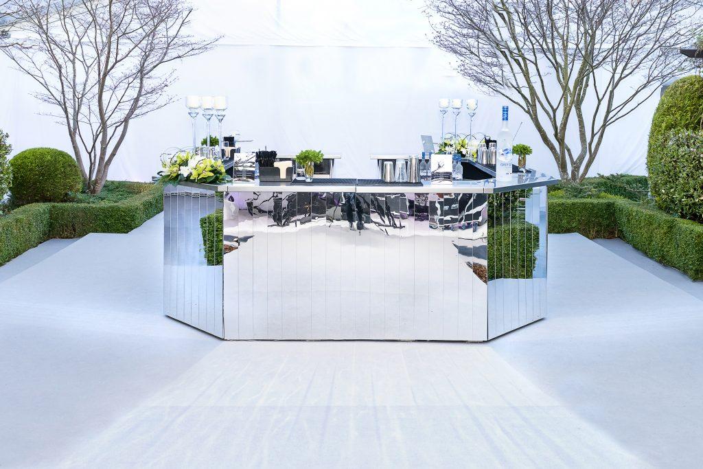 Circular mirrored bar